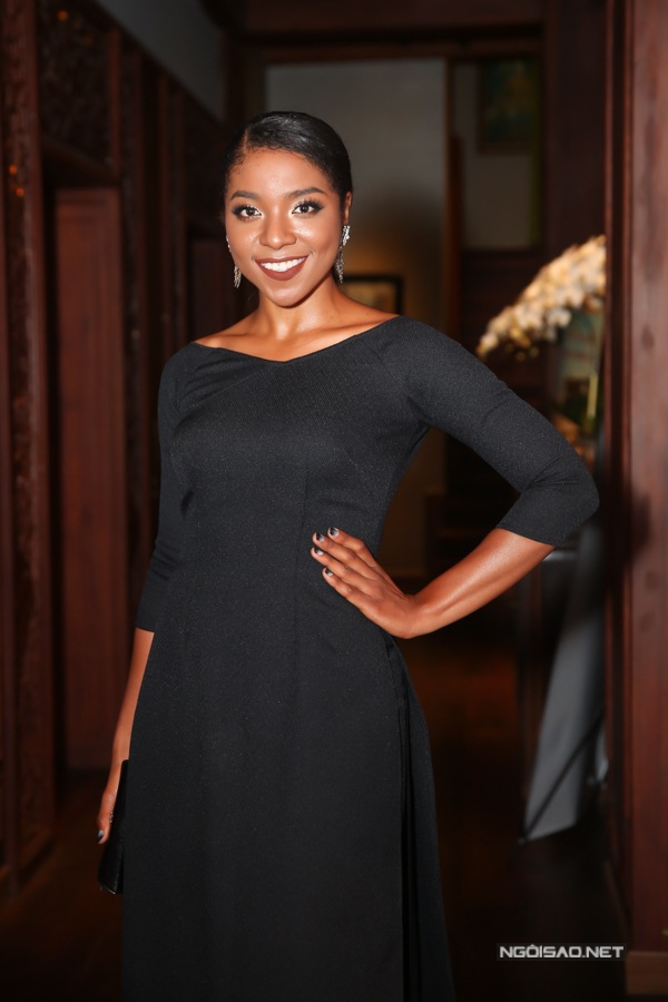 Ngược lại, người đẹp lai Cameroon Huỳnh Tiên gây chú ý với làn da màu đặc trưng.