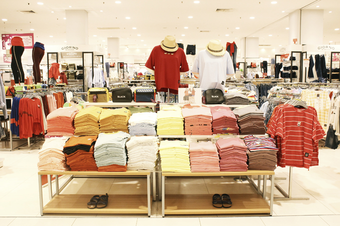 Các gian hàng thời trang tại Aeon thu hút đông đảo người dân đến tham quan, mua sắm.