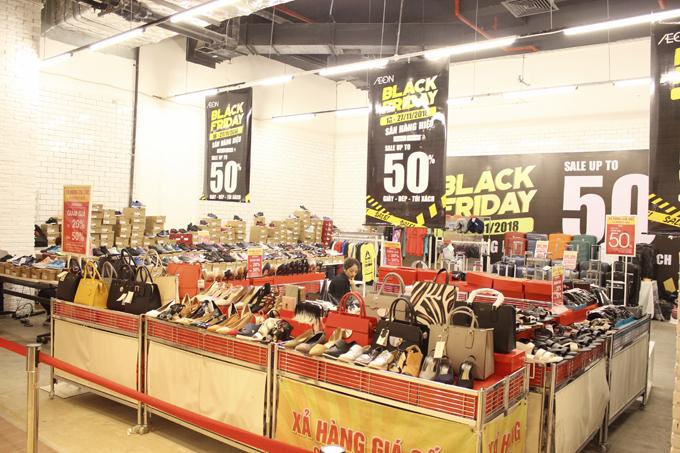 Nhiều mặt hàng giảm giá đến 50%.