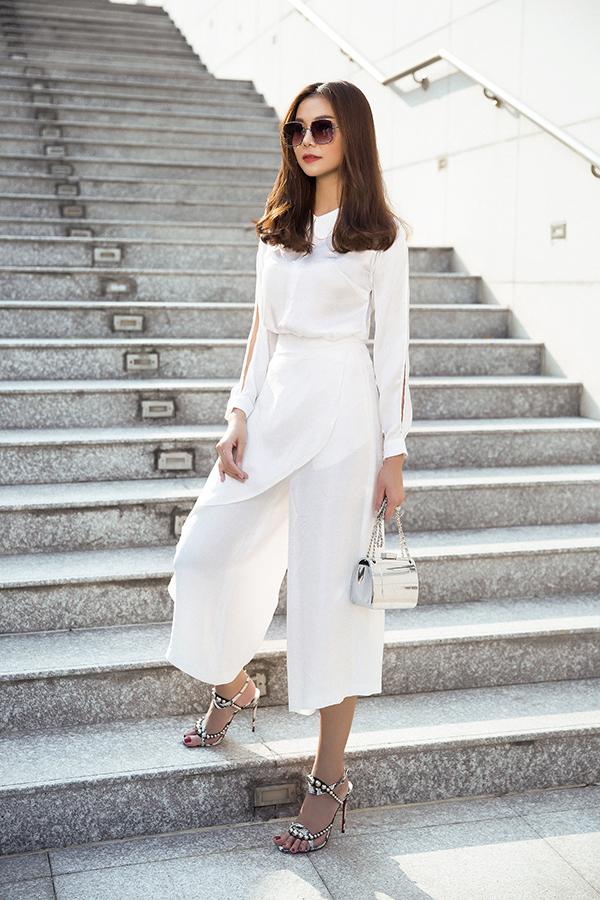 Ở bộ sưu tập này, vải lụa trắng mềm mại được sử dụng nhiều để mang đến những bộ suit giúp phái đẹp có được hình ảnh nhẹ nhàng trong mùa nắng.