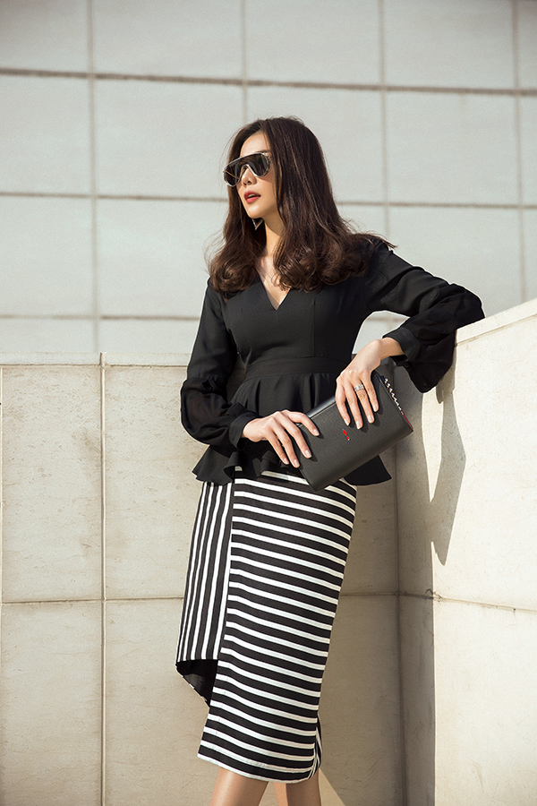 Những kiểu chân váy ngắn, chân váy bút chì cũng được thêm những điểm nhấn nhá để giúp tủ đồ của nàng công sở trở nên đa dạng hơn.
