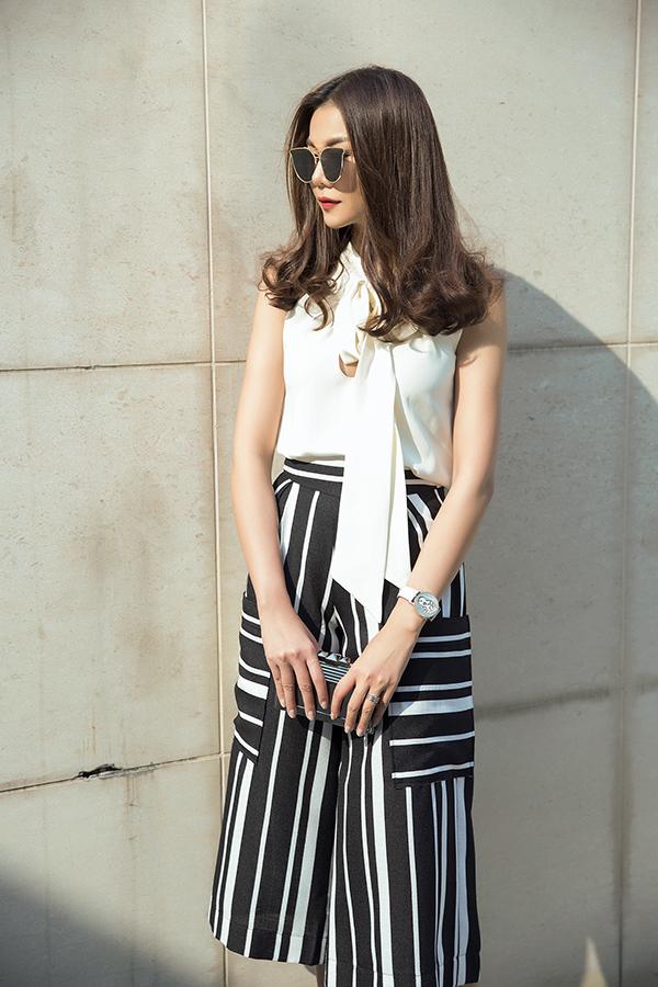 Kết hợp cùng kiểu quần culottes thường được ưa chuộng trong mùa hè là các mẫu áo lụa kiểu dáng sát nách, sơ mi.