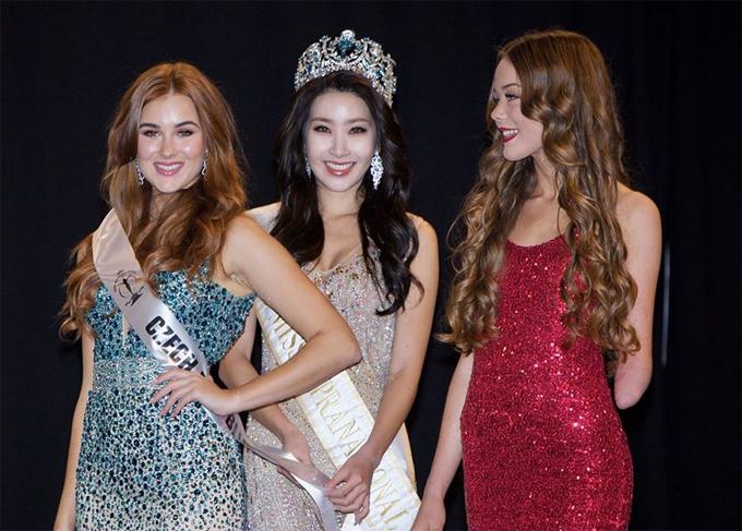 Người đẹp Đan Mạch bên đương kim hoa hậu Siêu quốc gia Jenny Kim và thí sinh Cộng hòa Czech.