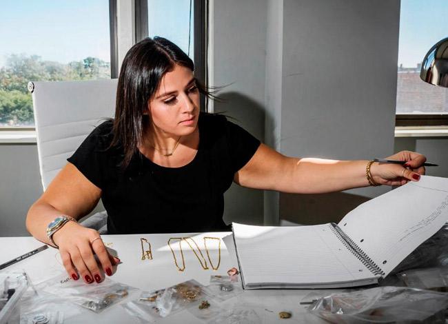 Adina (22 tuổi) từ tay ngang trở thành nhà thiết kế trang sức nổi tiếng được nhiều người yêu mến. Ảnh: CNN.
