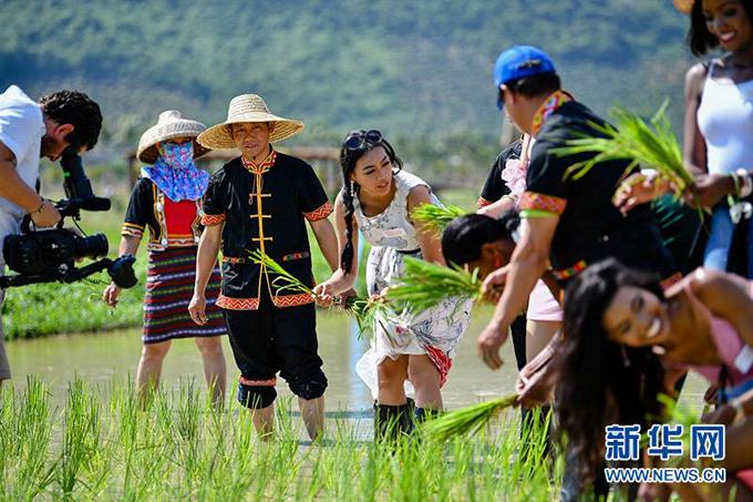 Những nông dân ở đây nhiệt tình hướng dẫn các thí sinh.
