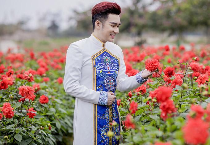 Quang Hà ngơ ngẩn ngắm vườn hoa thược dược đỏ rực.