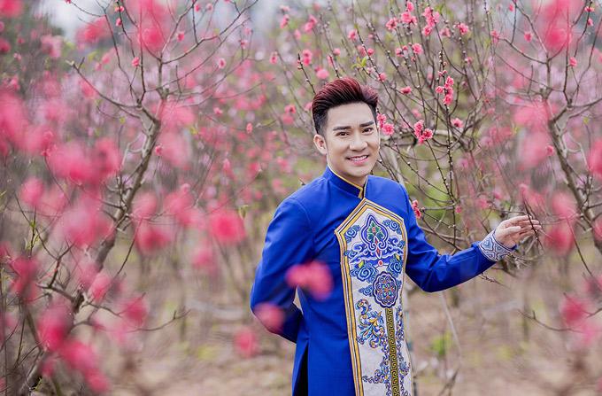 Quang Hà trông thư sinh, nho nhã khi diện áo dài đi chơi xuân trên đất bắc.
