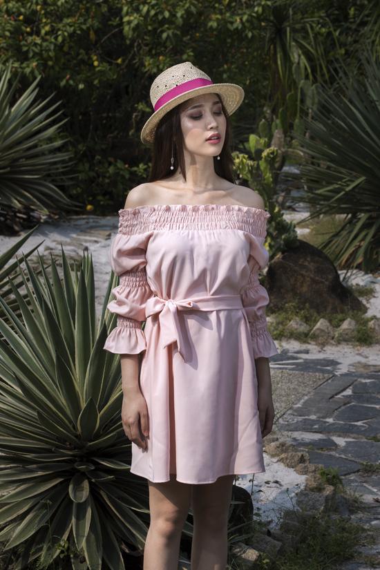 Váy trễ vai ở mùa hè năm nay được tô điểm ấn tượng bằng những đường bèo nhún sinh động, hay cách tạo điểm nhấn bằng đường chun co giãn bắt mắt.