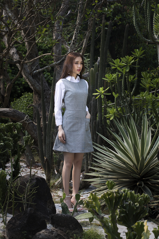 Phong cách thanh lịch và trẻ trung cho các nàng công sở với cách phối sơ mi trắng phom dáng cơ bản đi cùng váy kẻ sọc xám ghi.