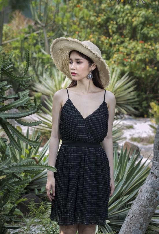 Để chuẩn bị hành lý cho kỳ nghỉ lễ sắp tới, phái đẹp không thể quên các mẫu váy hai dây, váy gợi cảm phù hợp với không gian của miền biển, khu nghỉ dưỡng.