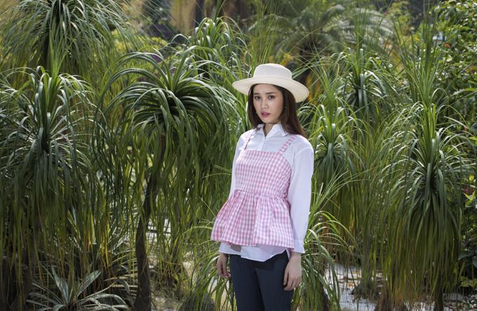 Các kiểu váy áo hai dây xinh xắn,mặcngoài sơ mi đơn sắc tiếp tục được ưa chuộng ở mùa mốt mới.