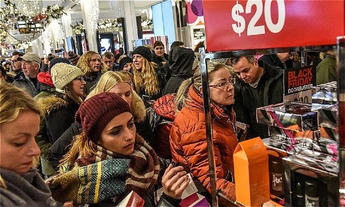 Hầu hết các cửa hàng Macys mở cửa đến 2 giờ đêmthứ năm, họđang trong quãngnghỉ4 tiếng, đến 6 giờ sáng (giờ Mỹ)sẽtiếp tục đón dòng người tập nập hơn nữasăn hàng Black Friday. Ảnh: Reuters.