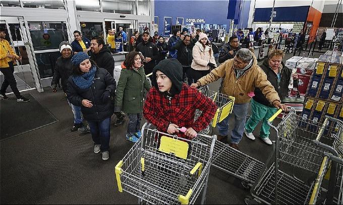 Ở Chicago, khách hàng cũngsẵn sàng càn quét Best Buy. Ảnh: AFP.