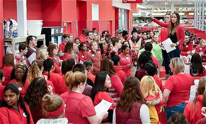 Đông đảo nhân viên siêu thị Target tạibangMinnesotatập hợp lại để chuẩn bị tinh thần chiến đấu từ tối trước Black Friday. Ảnh:AP.
