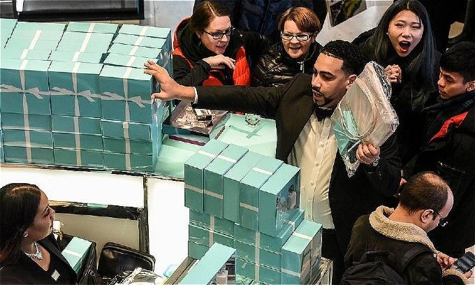 Nhân viên của thương hiệu đá quý và phụ kiệnTiffany bị quây. Ảnh:Reuters.