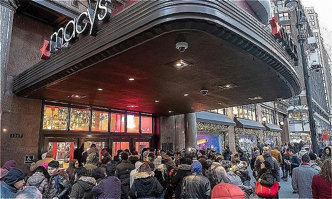 Macys là một trong những cửa hàng lớn nhấtMỹ quyết định mở Black Friday sớmmột ngày. Ảnh: AP.
