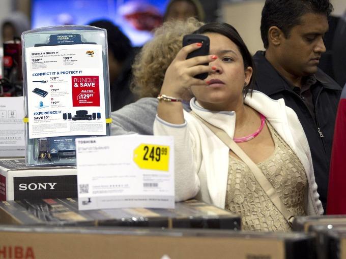 Năm nay, xu hướng lướt và sắmhàng online bằng di độngbùng nổ. Nhiều ngườivẫn tranh thủ săn qua mạng trong lúc chen chân tại các cửa hàng. Đến 5 giờ chiều thứ năm, doanh số bán trực tuyến của hai ngày trước Thứ Sáu Đen Tối chính thức đã đạt hơn 4 tỷ USD, tăng gần 30% so với năm 2017.Ảnh: AP.
