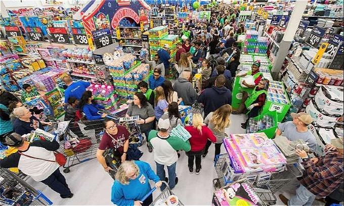 Quanh cảnh tại Walmart,siêu thị được mệnh danh bángiá rẻ mỗi ngàycho mọi nhà. Năm nào Black Friday của họ cũng hỗn loạn, nên Walmart mỗi nămtung mộtchiêu ngầm để kiểm soát đám đông. Năm nay, họ đảo lại trật tự các gian hàng và thay bản đồ mới khiến nhiều tín đồ mua sắm lúng túng. Theo Business Insider,khách hàng đã đánh hơi được việc Walmart đang cố tình tạo ramột mê cung. Ảnh: AP.