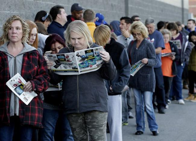 Hàng dài người xếp hàng chờ đợi trung tâm thương mại mở cửa để mua sắm nhân ngày Black Friday tại Mỹ. Ảnh: Ohama.