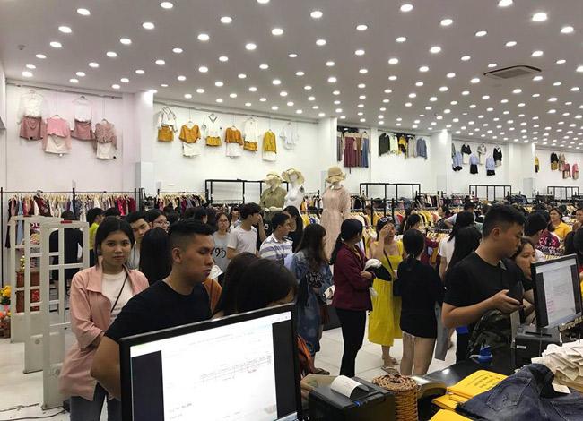 Khách hàng xếp hàng chờ thanh toán tại một cửa hàng thời trang trên đường Cách mạng tháng 8 (Quận 3).