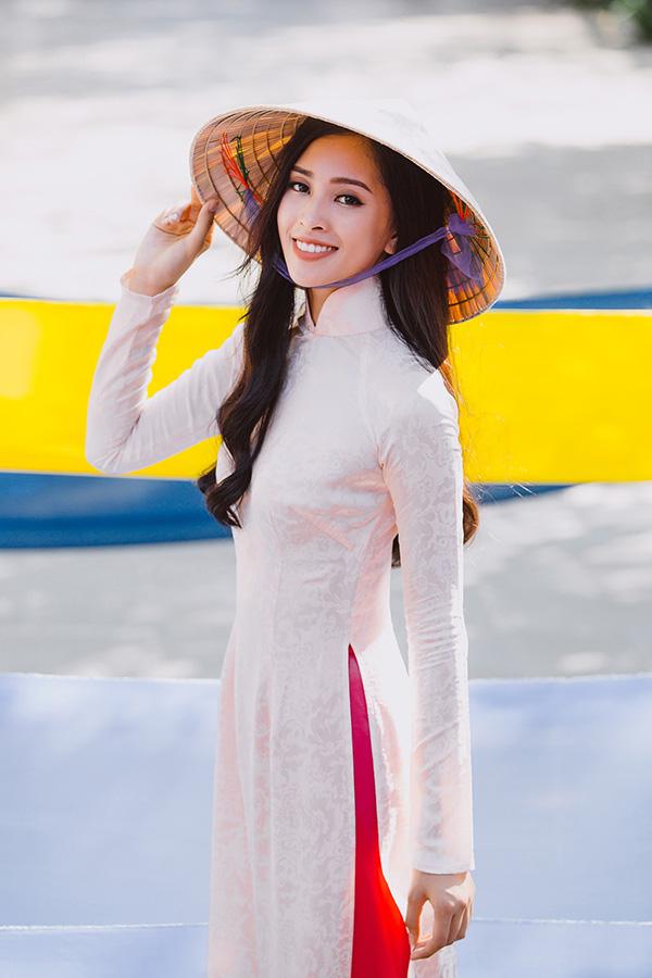 Tiểu Vy nền nã trong tà áo dài trắng đi dạo trên những con phố củaxứ Quảng.