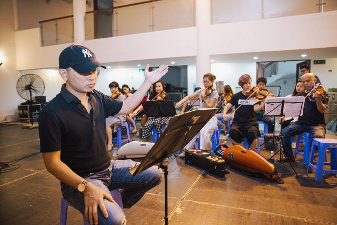 Nhạc sĩ Đức Trí chỉ huy dàn nhạc cho show của band Ngọt - 2