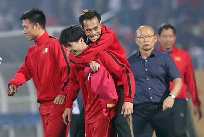 Văn Toàn được Công Phượng cõng vào đường hầm sau trận đấu với Campuchia. Ảnh: Đức Đồng.
