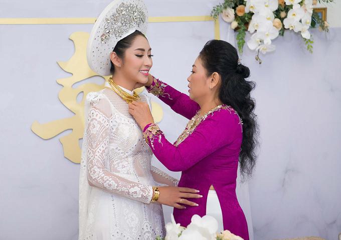 Đặng Thu Thảo được mẹ trao trang sức cưới và dặn dò trước khi về nhà chồng.