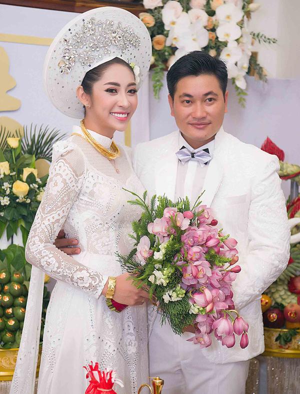 Chồng Đặng Thu Thảo sinh năm 1990, hơn cô 5 tuổi. Anh là một doanh nhân. Sau 3 năm hẹn hò, yêu xa, đôi uyên ương quyết định về chung một nhà.