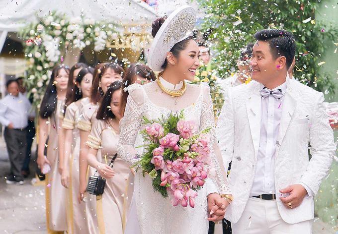 Sau khi làm lễ gia tiên tại nhà gái, cô dâu và chú rể nắm chặt tay nhau ra xe hoa.