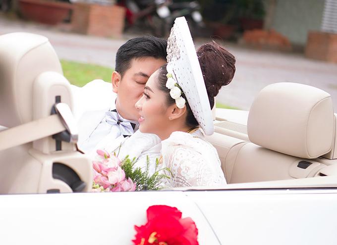 Đặng Thu Thảo được rước dâu bằng xe mui trần hạng sang. Đôi uyên ương có khoảnh khắc ngọt ngào trước khi xe hoa lăn bánh từ Cần Thơ về An Giang.