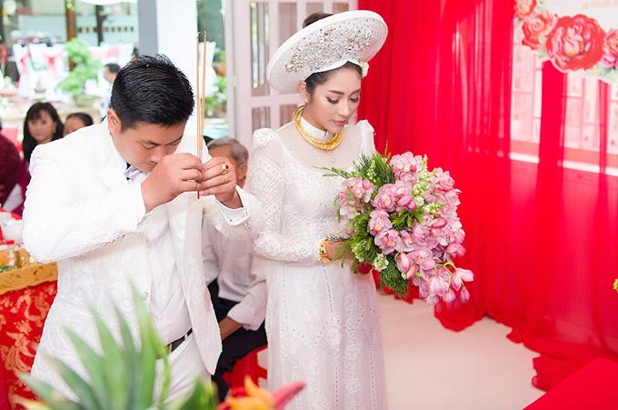 Tại nhà chú rể ở thành phố Long Xuyên, cả hai cùng thực hiện nghi thức truyền thống trước bàn thờ tổ tiên họ nhà trai.