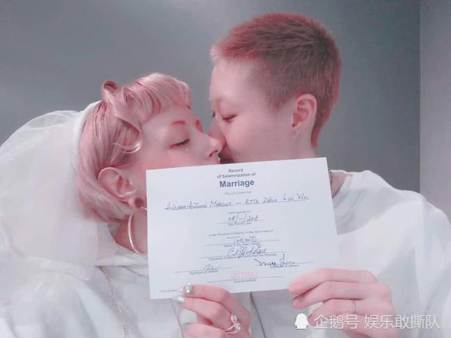 Giấy đăng ký kết hôn của cặp đôi được họtiết lộ trên mạng xã hội.