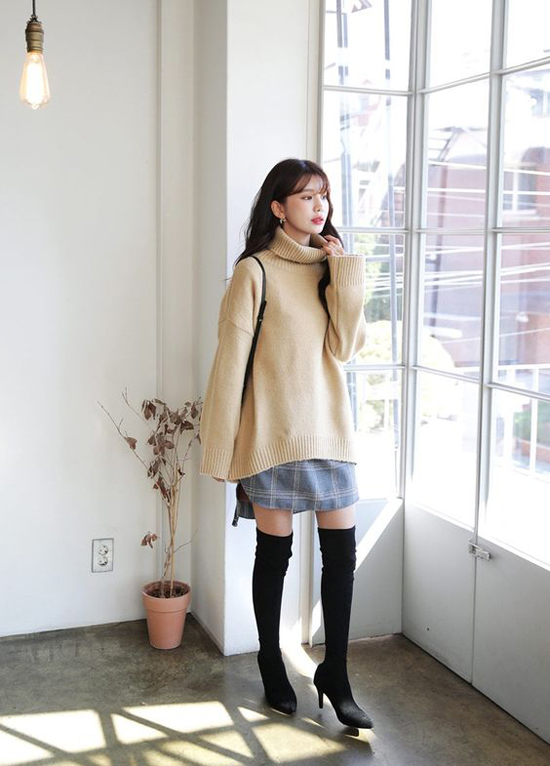 Những mẫu váy, đầm sơ mi mỏng manh ngày hè vẫn có thể chưng dụng ở mùa đông khi được phối cùng áo len cổ lọ, bốt cổ cao. Để giúp mình trở nên cao ráo hơn, các nàng cần chọn các mẫu bốt ôm sát, tạo cảm giác thon dài cho đôi chân.