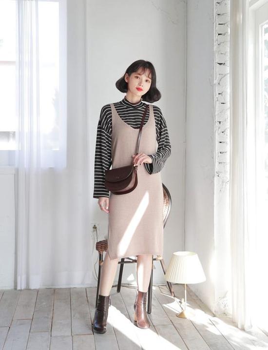 Diện váy hai dây cùng các kiểu áo dệt kim là phong cách được ưa chuộng ở mùa đông năm ngoái. Nếu vẫn chuộng style này, các nàng có thể chọn các kiểu váy len hợp mốt để tạo cảm giác mới mẻ.