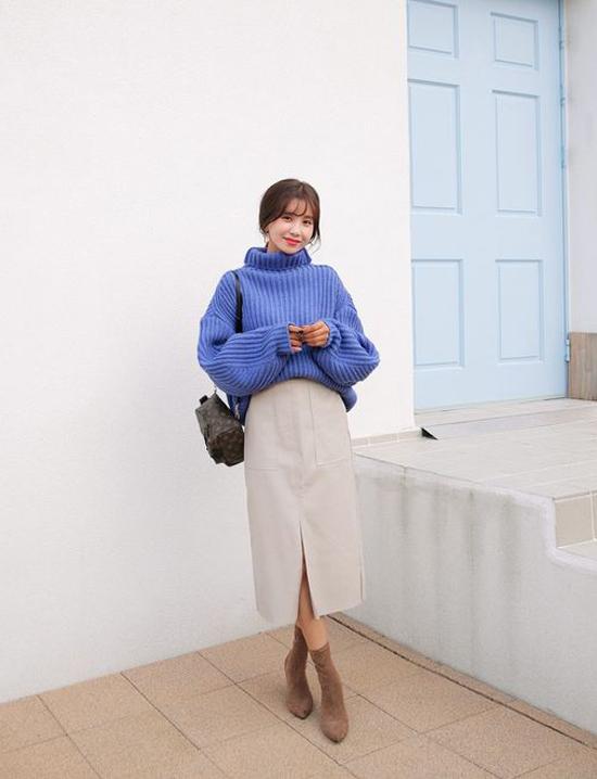 Những kiểu áo len nhiều sắc màu vừa có khả năng giữ ấm vừa tạo nên điểm nhấn bắt mắt cho các set đồ của chị em công sở.