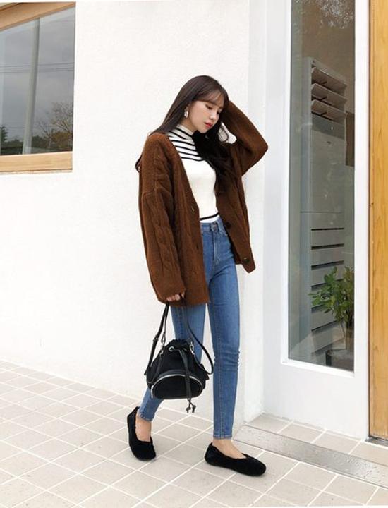 Áo len vặn thừng, áo len cụ bà hiện là những xu hướng đang được ưa chuộng ở mùa lạnh năm nay. Để tránh bị già nưa trước, bạn gái văn phòng nên phói hợp áo len cùng các mẫu trang phục hiện đại, trẻ trung như quần jeans, áo thun...