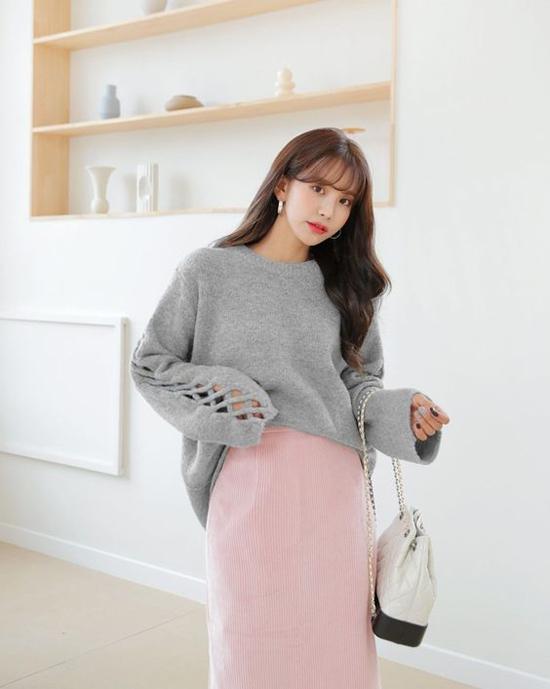 Hồng pastel và xám thường mang lại vẻ đẹp thanh lịch khi được kết hợp cùng nhau. Vào những ngày trở lạnh diệnáo len và chân váy nhung là lựa chọn hoàn toàn hợp lý.