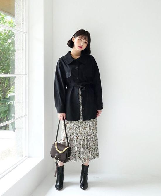 Áo khoác mỏng đi thèm dây đai vải cũng là trang phục dễ lên đồ khi đến văn phòng. Phái đẹp có thể phối nó cùng các mẫu váy hoạ tiết nhẹ nhàng, váy trơn thanh nhã.