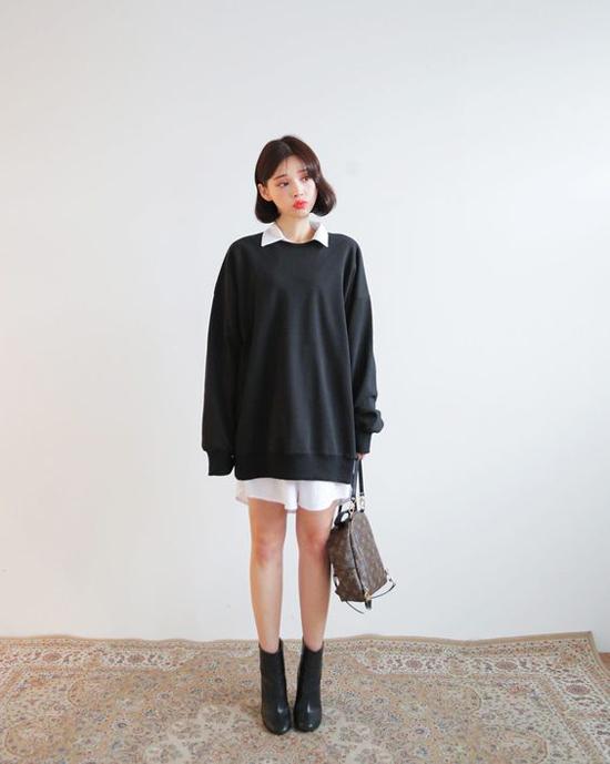 Đối với những cô nàng mê khoe chân dài trong tiết trời se lạnh thì vẫn có thể chọn váy sơ mi phối cùng áo hoodie và đi kèm bốt cổ thấp.
