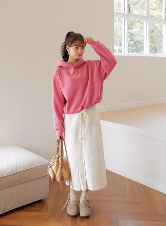 Nếu không sợ mang tiếng cưa sừng làm nghé, phái đẹp có thể chọn các kiểu áo nỉ, hoodie mùa hồng ngọt ngào để phối cùng chân váy màu trung tính.