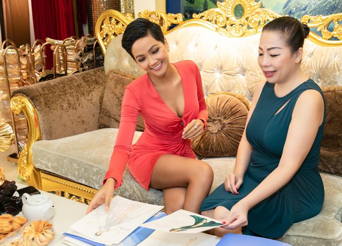 HHen Niê vừa có buổi thử trang phục tại showroom của nhà thiết kế Linh San ở TP HCM. Nhà thiết kế sinh năm 1970 có hơn 30 năm kinh nghiệm trong nghề, từng giúp Phương Khánh tỏa sáng với các trang phục ấn tượng và giành ngôi Miss Earth 2018.