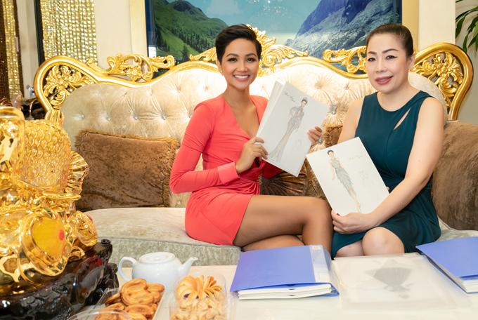 HHen Niê khoe các mẫu vẽ trang phục dự thi Miss Universe mà NTK Linh San đã phác thảo cho cô. Tổng cộng, HHen Niê sẽ mang theo 13 bộ cánh do chị Linh San thực hiện tới Thái Lan tranh tài cùng đại diện các quốc gia khác.
