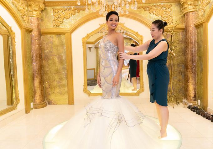 Váy đuôi cá lệch vai tôn vóc dáng thon thả, gợi cảm của HHen Niê.