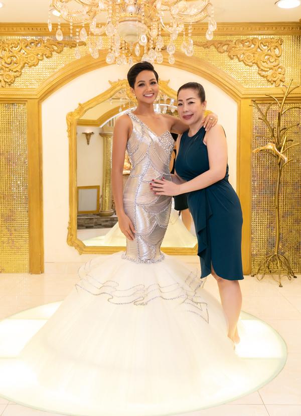 NTK Linh San nhận xét HHen Niê có thế mạnh về hình thể, đặc biệt là phần lưng và vòng ba rất đẹp. Khuyết điểm là vai của cô hơi nhỏ so với tỷ lệ cơ thể. Vì vậy, nhà thiết kế dùng các chất liệu độn vai và đính kết các chi tiết để che khuyết điểm cho đại diện Việt Nam.