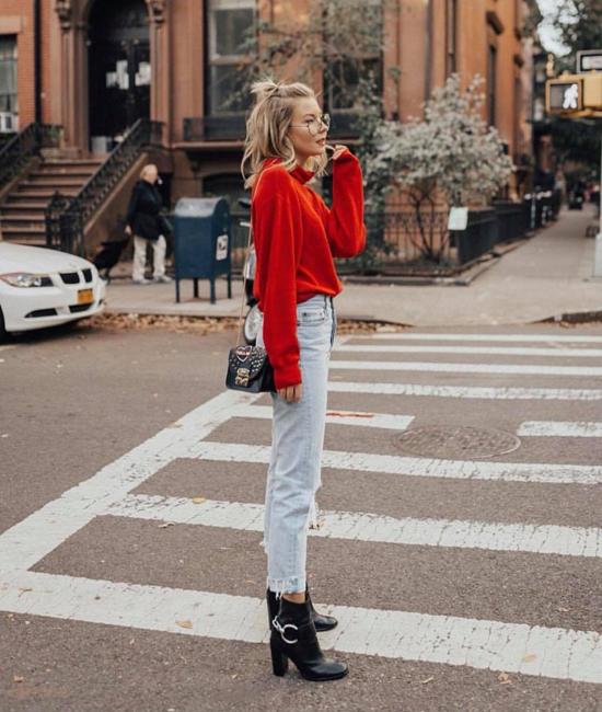 Chỉ cần một chiếc áo dệt kim cao cổ, nàng văn phòng vẫn sành điệu như thường khi đi làm. Áo màu nóng được mặc cùng quần jeans rách và bốt cổ thấp.