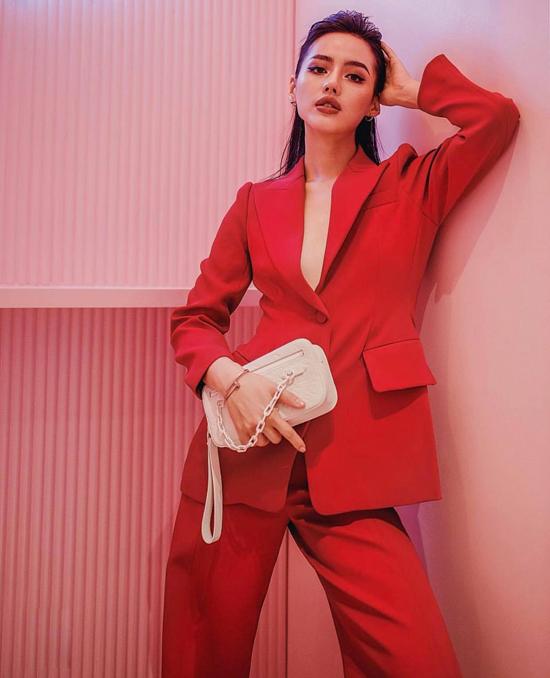 Ở mùa này, các người đẹp Việt chọn gam đỏ trên các bộ vest, áo hoodie, chân váy xòe... để tăng sức hút cho phong cách street style.