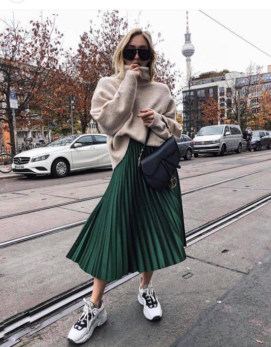Chân váy xếp ly đánh dấu sự trở lại ở xu hướng thu đông năm nay. Ngoài những gam màu kích thích thị giác như đỏ rượu chát, vàng gold, bạc ánh kim là sắc xanh lá.
