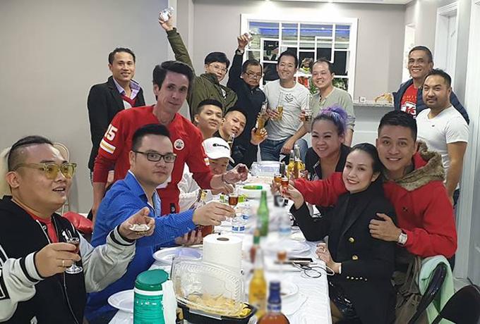 Vợ chồng Tuấn Hưng cùng ban nhạc Màu Nước và những người bạn tổ chức ăn uống sau những show diễn thành công.