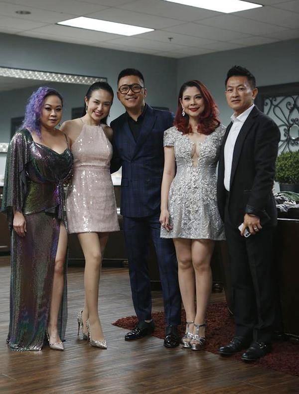 Trong mọi đêm diễn của chồng, Thu Hương đều có mặt ở hậu trường để cổ vũ tinh thần. Cặp đôi rạng rỡ tái ngộ vợ chồng Thanh Thảo ở hải ngoại.